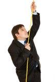 Hombre de negocios obstinado que sube para arriba en cuerda imágenes de archivo libres de regalías