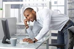 Hombre de negocios ocasional que habla en el teléfono Imagenes de archivo