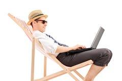 Hombre de negocios ocasional que trabaja en la computadora portátil Imágenes de archivo libres de regalías