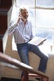 Hombre de negocios ocasional vestido Working On Stairs en oficina Fotografía de archivo