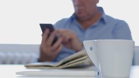 Hombre de negocios ocupado en texto del sitio de la oficina usando la comunicación inalámbrica del teléfono móvil imágenes de archivo libres de regalías