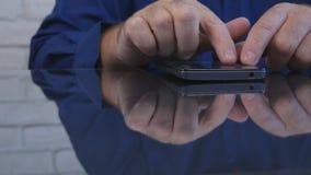 Hombre de negocios ocupado en texto de la oficina usando el uso de la red del teléfono móvil fotos de archivo