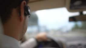 Hombre de negocios ocupado que conduce al trabajo sobre el puente, tráfico urbano, transporte metrajes