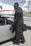 Hombre de negocios Opening The Door del coche Foto de archivo libre de regalías