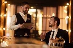 Hombre de negocios Ordering Food en restaurante foto de archivo libre de regalías