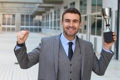 Hombre de negocios orgulloso que sostiene su trofeo foto de archivo libre de regalías