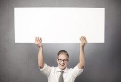 Hombre de negocios Overjoyed que sostiene el panel horizontal vacío. Fotos de archivo libres de regalías