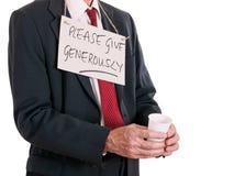 Hombre de negocios parado, abajo en la suerte, pidiendo Fondo blanco Imágenes de archivo libres de regalías