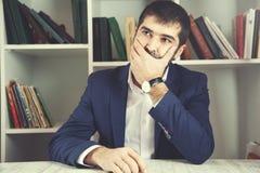 Hombre de negocios de pensamiento fotografía de archivo