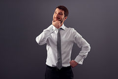 Hombre de negocios que mira para arriba y que sonríe Fotografía de archivo
