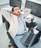 Hombre de negocios pensativo que se sienta delante del escritorio fotografía de archivo libre de regalías