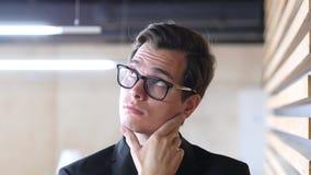 Hombre de negocios pensativo Thinking About sus problemas Imagen de archivo libre de regalías