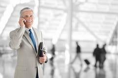 Hombre de negocios On Phone en aeropuerto Imagenes de archivo