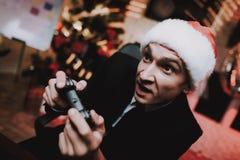 Hombre de negocios Playing en la consola en Noche Vieja imagenes de archivo