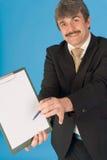 Hombre de negocios, pluma y sujetapapeles Imagen de archivo libre de regalías