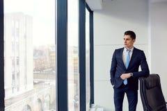 Hombre de negocios por la ventana en la oficina Retrato del negocio Imagen de archivo