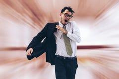 Hombre de negocios de precipitación que corre o que compite con con tiempo foto de archivo libre de regalías