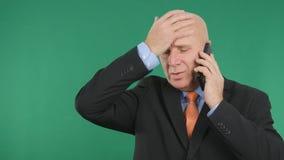 Hombre de negocios preocupado Gesticulate Nervous y charla al teléfono móvil imagenes de archivo
