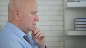 Hombre de negocios preocupado Image Thinking Worried a los problemas de negocio fotos de archivo