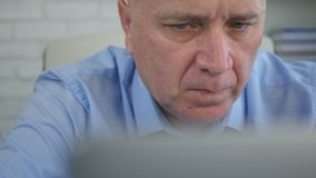 Hombre de negocios preocupado y confiado Working With Laptop en sitio de la oficina fotografía de archivo