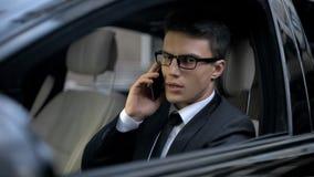 Hombre de negocios preocupante que habla en el teléfono, descubriendo sobre su quiebra, problemas fotografía de archivo libre de regalías