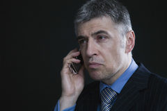 Hombre de negocios preocupante Using Cellphone imágenes de archivo libres de regalías