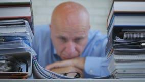 Hombre de negocios presionado y desilusionado preocupante Image en archivo que considera imagen de archivo