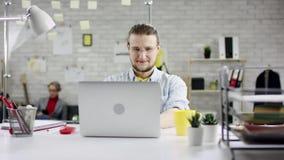 Hombre de negocios productivo que inclina el trabajo de oficina detrás de acabado en el ordenador portátil, encargado eficaz sati metrajes