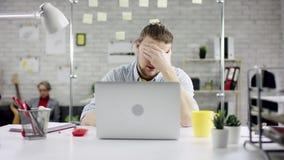Hombre de negocios productivo que inclina el trabajo de oficina detrás de acabado en el ordenador portátil, encargado eficaz sati almacen de video