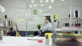 Hombre de negocios productivo que inclina el trabajo de oficina detr?s de acabado en el ordenador port?til, encargado eficaz sati almacen de metraje de vídeo