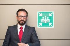 Hombre de negocios profesional en la muestra del punto de reunión Hombre en traje y lazo rojo en la muestra para el punto de reun imágenes de archivo libres de regalías