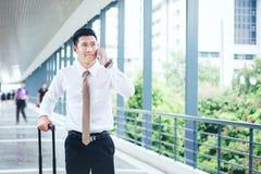 Hombre de negocios profesional Travel que usa el smartphone que habla en el suyo Fotografía de archivo