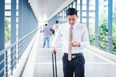 Hombre de negocios profesional Travel que usa el smartphone que habla en el suyo Foto de archivo