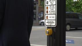 Hombre de negocios Pushes Crosswalk Button en poste almacen de video