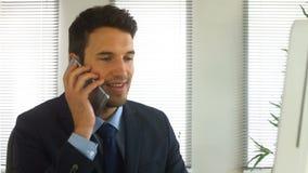 Hombre de negocios que acaba una llamada de teléfono almacen de video