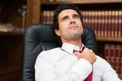 Hombre de negocios que afloja su corbata fotografía de archivo libre de regalías