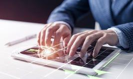 Hombre de negocios que analiza concepto de los datos financieros imagen de archivo