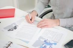 Hombre de negocios que analiza documentos económicos Foto de archivo libre de regalías