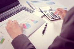 Hombre de negocios que analiza el informe, concepto del rendimiento empresarial Fotografía de archivo libre de regalías