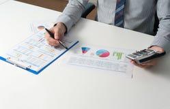 Hombre de negocios que analiza el informe, concepto del rendimiento empresarial Imagen de archivo