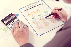 Hombre de negocios que analiza el informe, concepto del rendimiento empresarial Fotografía de archivo