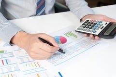 Hombre de negocios que analiza el informe, concepto del rendimiento empresarial Imagen de archivo libre de regalías