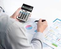 Hombre de negocios que analiza el informe, concepto del rendimiento empresarial Imágenes de archivo libres de regalías