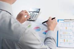 Hombre de negocios que analiza el informe, concepto del rendimiento empresarial Foto de archivo