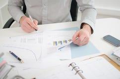 Hombre de negocios que analiza gráficos Foto de archivo libre de regalías