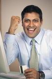 Hombre de negocios que anima con de la tarjeta de crédito Foto de archivo