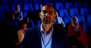 Hombre de negocios que asiste a seminario del negocio en el auditorio 4k almacen de metraje de vídeo