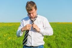 Hombre de negocios que ata el suyo lazo rayado Foto de archivo libre de regalías