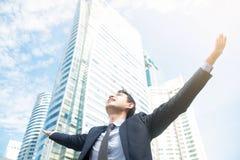 Hombre de negocios que aumenta sus brazos, palmas abiertas, con la cara mirando para arriba Fotos de archivo libres de regalías