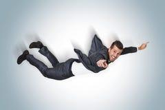 Hombre de negocios que cae del cielo azul Imagen de archivo